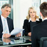 זוג מראיינים מראיינים מועמד לתפקיד במשרה בכירה