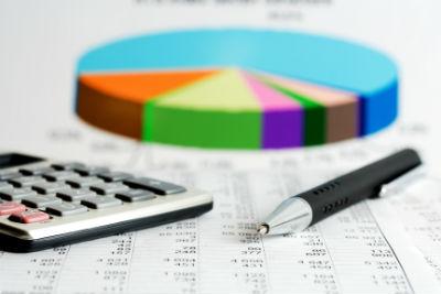 גרף פיננסי, מחשבון ועט על גבי מסמכים פיננסיים