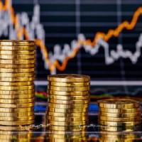 מגדלי מטבעות על רקע גרפים פיננסיים