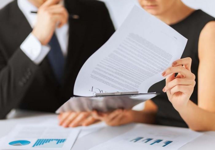 איש ואשת עסקים מעיינים במסמכי מס