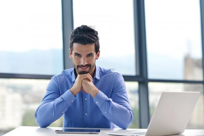 חשב שכר בכיר יושב במשרד מודרני