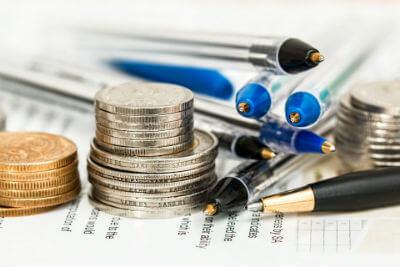 מטבעות ועטים על גבי נייר מס