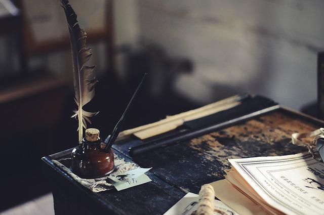 משרד ישן: שולחן עץ ישן, צנצנת דיו ונוצה לכתיבה