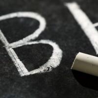 גיר ולוח עליו כתובות האותיות B ו b
