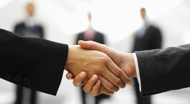 לחיצת ידיים על רקע 3 אנשי עסקים
